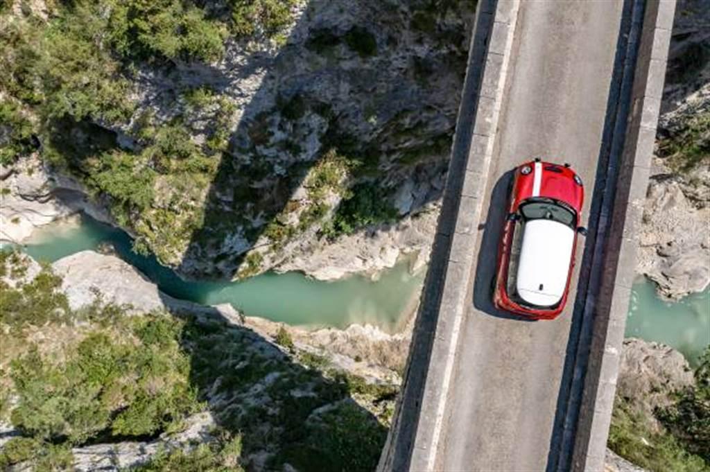 MINI Paddy Hopkirk Edition採用Chili Red經典紅色車身搭配Aspen White懸浮式白色車頂,再現傳奇身影。