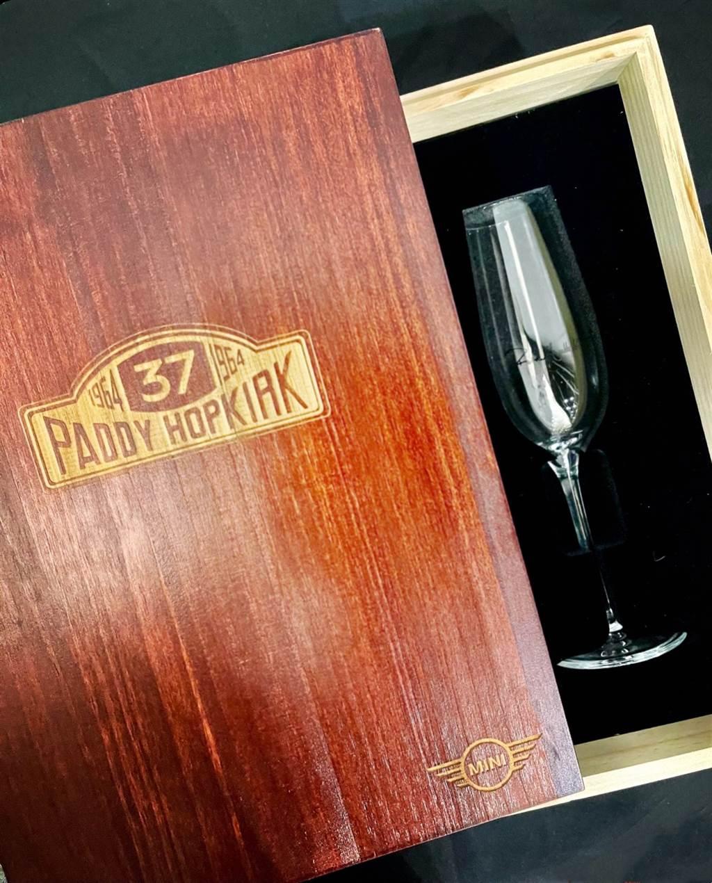台灣專屬交車禮為MINI與Paddy Hopkirk聯名〈MINI冠軍香檳杯組〉(一組兩個)。