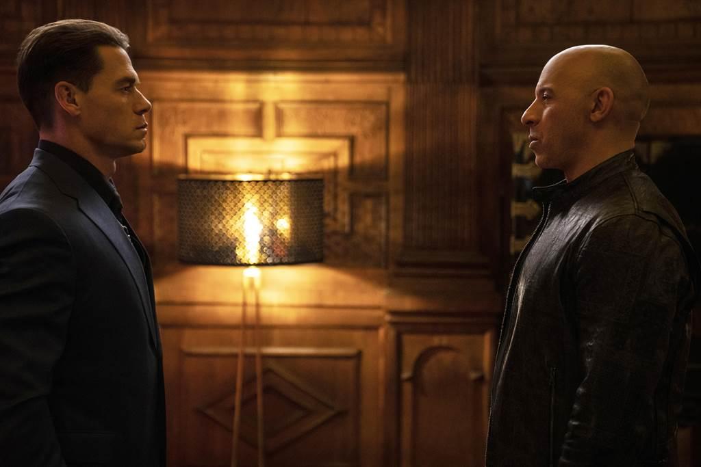 約翰希南(左)飾演「唐老大」馮迪索的弟弟雅各。(UIP提供)