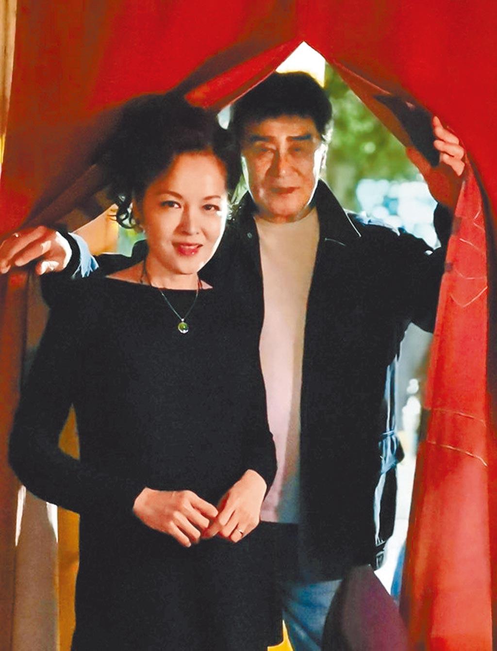 王冠雄(右)對妻子姜文淑十分疼愛,夫妻鶼鰈情深。(摘自臉書)
