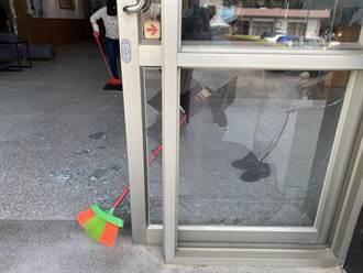 男子砸破金門縣府落地窗 警方帶走訊問調查