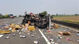 小貨車自撞翻覆國道 駕駛甩出車外昏迷