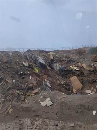 大園掩埋場成廢棄傢俱場 居民質疑破碎傢俱如何取出