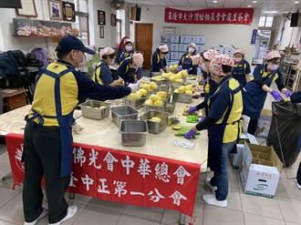 基議員張顥瀚挺果農 贈400台斤鳳梨給小學加菜
