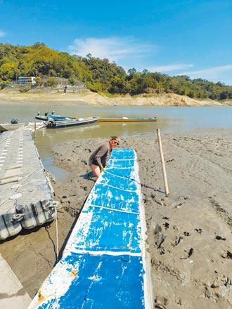 石門水庫缺水阻出入 居民畫SOS求援