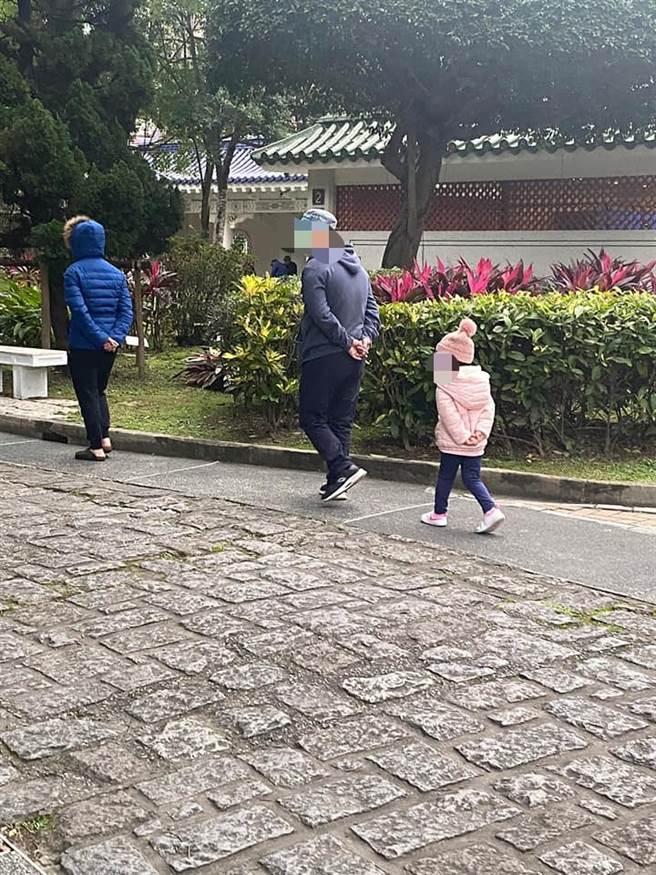 網友分享背影照指出,被阿公帶大的孩子都會「將雙手放腰後」走路,引發網友熱議,不少人也分享照片認證是真的。(圖/翻攝自爆廢1公社)