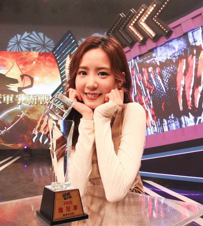 因參加《娛樂百分百》節目,何紫妍成為「狼人殺女神」。(圖/翻攝自何紫妍臉書)