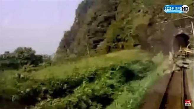 太魯閣號事故影片向左偏,運安會證實畫面裁切過,路線旁確實有一名白上衣男子。(圖/翻攝自中時新聞網影片)