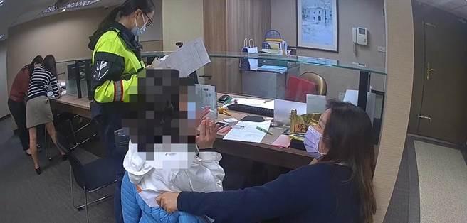 海山分局員警與銀行行員勸阻蔡女匯款。(海山分局提供)