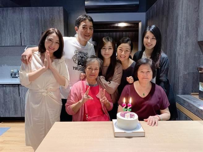 方文琳與于冠華為了小女兒齊薇生日,大方同框。(圖/取材自齊薇Vivian臉書)