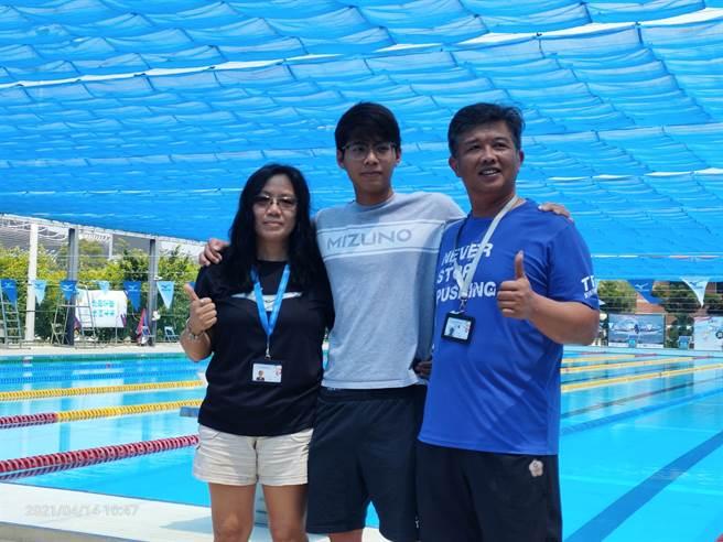 第一位以奧運A標取的東京奧運參賽資格的王星皓(中)與教練父親王耀偉(右)姑姑王琪(左)組成鐵三角,目標東京奧運200公尺混合式前八強決賽。(黃邱倫攝)