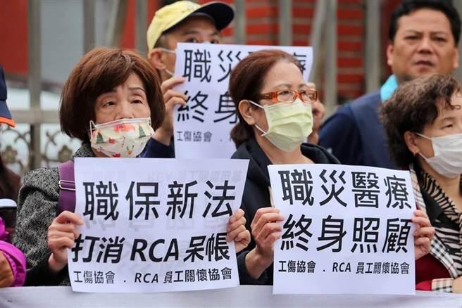 工傷協會與RCA員工關懷協會要求朝野黨團保障職災勞工退保後醫療權利。(黃世麒攝)