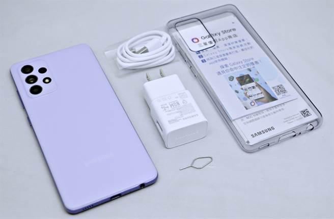 三星Galaxy A52 5G包裝內配件。(黃慧雯攝)
