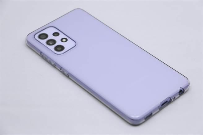 三星Galaxy A52 5G安裝上保護殼的樣子。(黃慧雯攝)