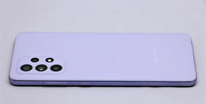 三星Galaxy A52 5G左側。(黃慧雯攝)