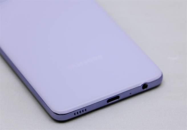 三星Galaxy A52 5G底側,搭配USB-C連接埠,並有3.5mm耳機孔。(黃慧雯攝)