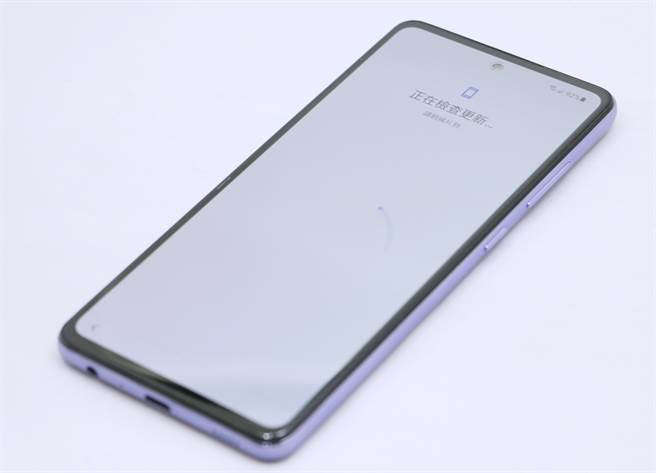 三星Galaxy A52 5G正面採用O極限全螢幕設計,前鏡頭位在頂端中央。(黃慧雯攝)