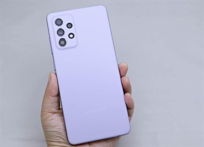 三星Galaxy A52 5G支援IP67防水防塵等級,主相機的設計也是一大亮點。(黃慧雯攝)