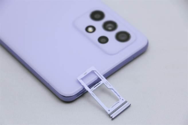 三星Galaxy A52 5G採用三選二雙卡(5G+4G/記憶卡)。(黃慧雯攝)