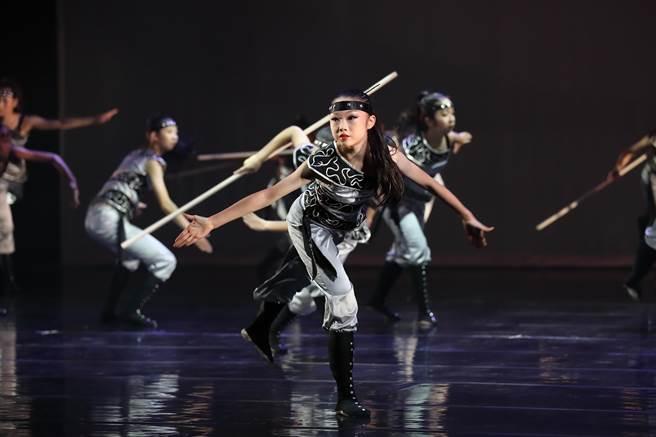 曾巧玗喜愛跳舞,擅長國標、現代舞及芭蕾的她,即將進入北藝大就讀,繼續在舞台上發光發熱。(苗栗國中提供/巫靜婷苗栗傳真)