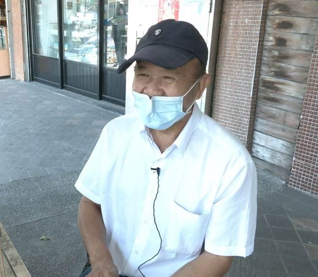和平西路鳥街老闆楊盡強,擁有20多年訓鳥經驗。(攝影/吳振煌)