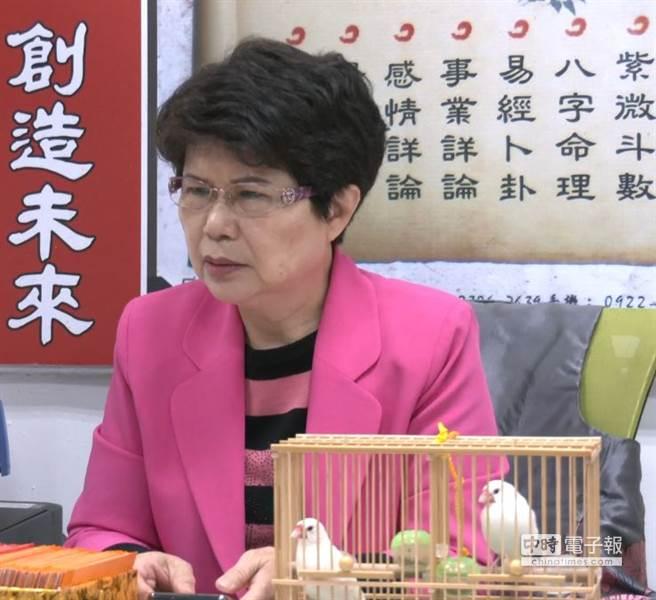 鳥卦師陳芷羚表示訓練後的文鳥身價翻倍近上萬元。(攝影/吳振煌)