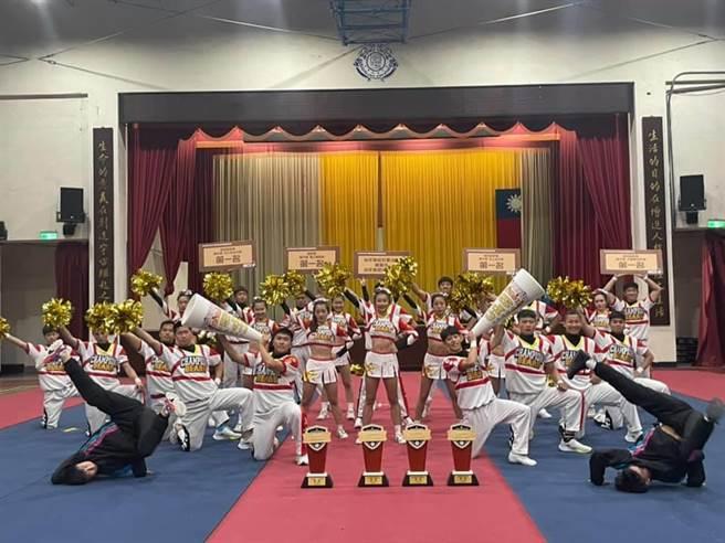 成員負傷完賽治平高中啦啦隊勇奪四冠王。(呂筱蟬攝)