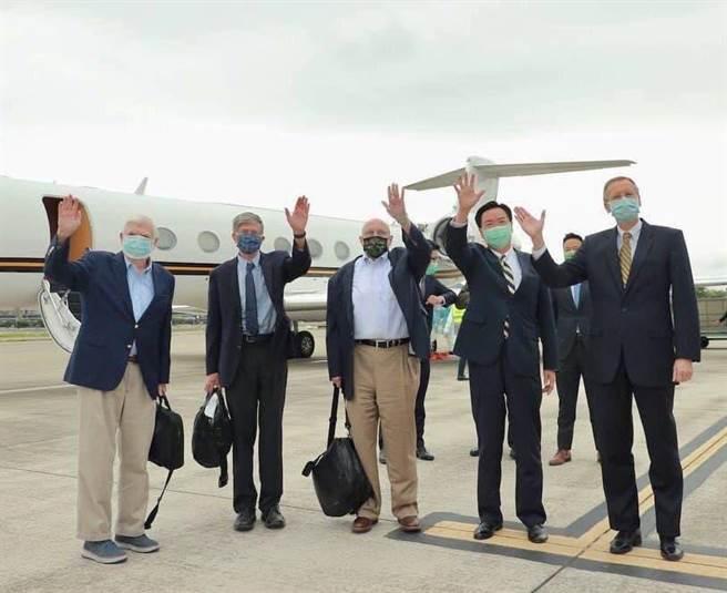 陶德前參議員(左一)、阿米塔吉前副國務卿(左三)及史坦柏格前副國務卿(左二)搭乘美國專機訪問台灣,外交部部長吳釗燮(右二)及美國在台協會台北辦事處處長酈英傑(右一)前往機場歡迎。(外交部提供)