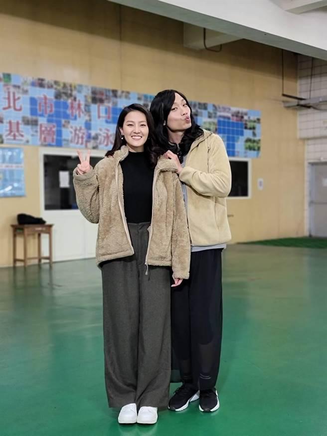張哲豪(右)扮女裝,讓顏曉筠第一時間沒有認出來。(民視提供)