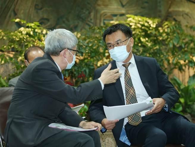 記者會中陳吉仲(右起)與原能會輻射防護處處長劉文熙頻頻交換意見。(陳怡誠攝)
