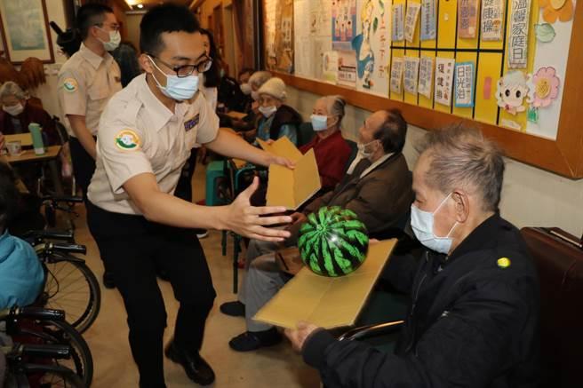 「雁行役工隊」用傳球遊戲訓練長者手眼協調。(新北市社會局提供)