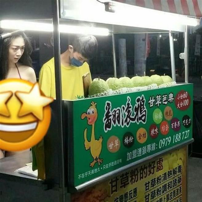 一位網友貼出斗六夜市僅存的芭樂攤照,竟有位白皙正妹,僅穿著比基尼在一旁,姣好身材全都露。(摘自斗六社交圈)
