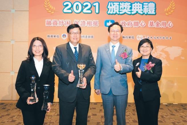 兆豐銀行拿下2020年度海外信保基金績優銀行「新南向國家融資金額成長特優獎」。圖/業者提供