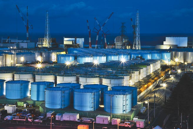 日本福島第一核電廠用來存放含有放射性物質「核汙水」的儲水槽。儘管儲水槽數量已達1061座,但核汙水仍以每天約150噸的速度增加。(美聯社)