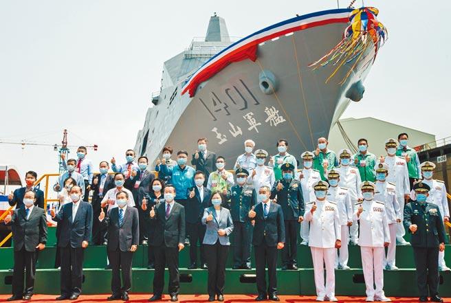 蔡英文總統(前排中)13日在台船公司,主持海軍新型兩棲船塢運輸艦「玉山艦」命名暨下水典禮。這是蔡總統近半年第4度主持艦艇活動。(郭吉銓攝)