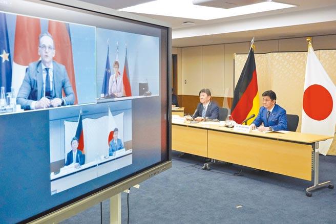 日本外相茂木敏充(右二)及防衛大臣岸信夫(右一)13日與德國外長馬斯(左一)、防長卡倫鮑爾(左二)以視訊方式舉行2+2會談。(美聯社)