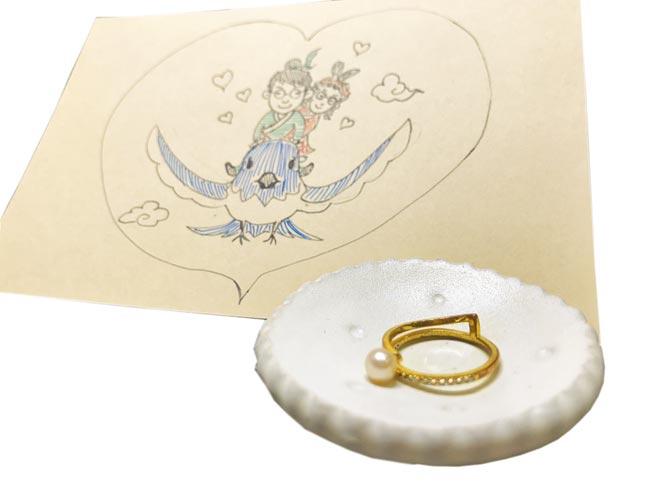 世界宗教博物館募集不同形式的愛情信物及動人故事,將在6月展示;圖為珍珠戒指及情侶化身牛郎織女坐在喜鵲上的手繪信物。(世界宗教博物館提供/葉書宏新北傳真)