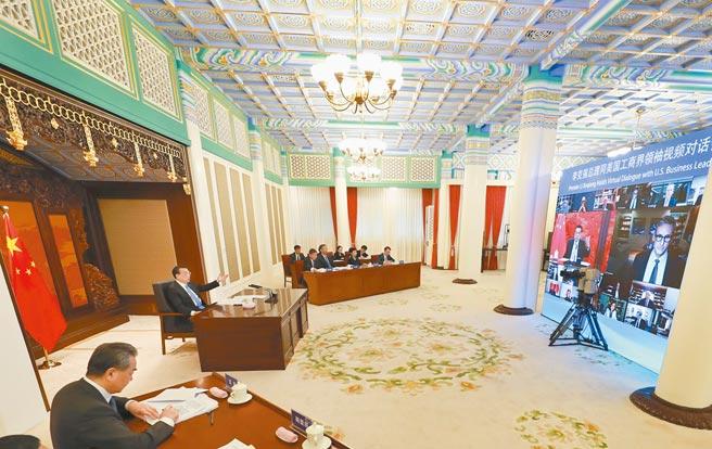 大陸國務院總理李克強13日在北京中南海紫光閣與美國工商界領袖對話。(新華社)