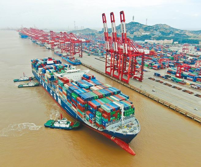 大陆经济持续復甦,今年3月出口同比增长30.6%。图为国际货轮抵达上海洋山港。(中新社)