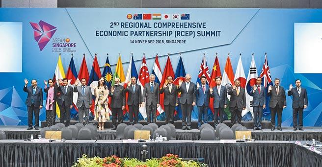 即便RCEP還沒正式生效,大陸與RCEP成員的經貿合作已邁上了新台階。圖為2018年「區域全面經濟夥伴關係協定」會議,與會領導人集體合影。(新華社)