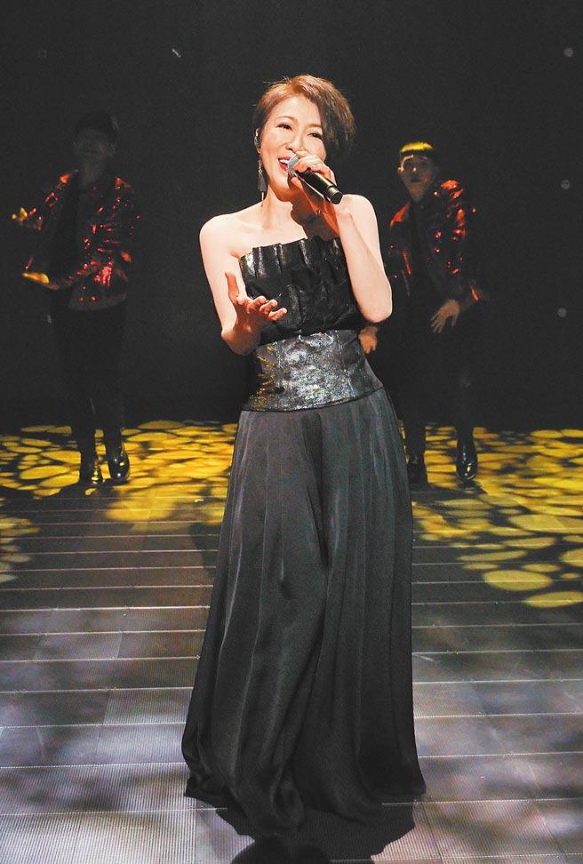 李翊君為中南部巡迴訂製了全新黑色洋裝。(寬宏藝術提供)