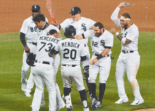張育成9局下發生再見失誤,白襪隊二壘跑者回本壘得分,隊友衝上場慶祝。(路透)