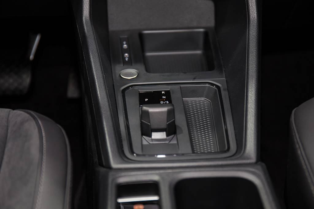 搭配7速DSG雙離合自手排變速箱,並改採新世代之線傳排檔桿。