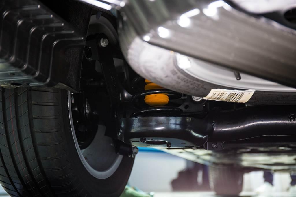 底盤改為MQB轎式底盤,後懸吊由葉片彈簧改為圈簧結構。