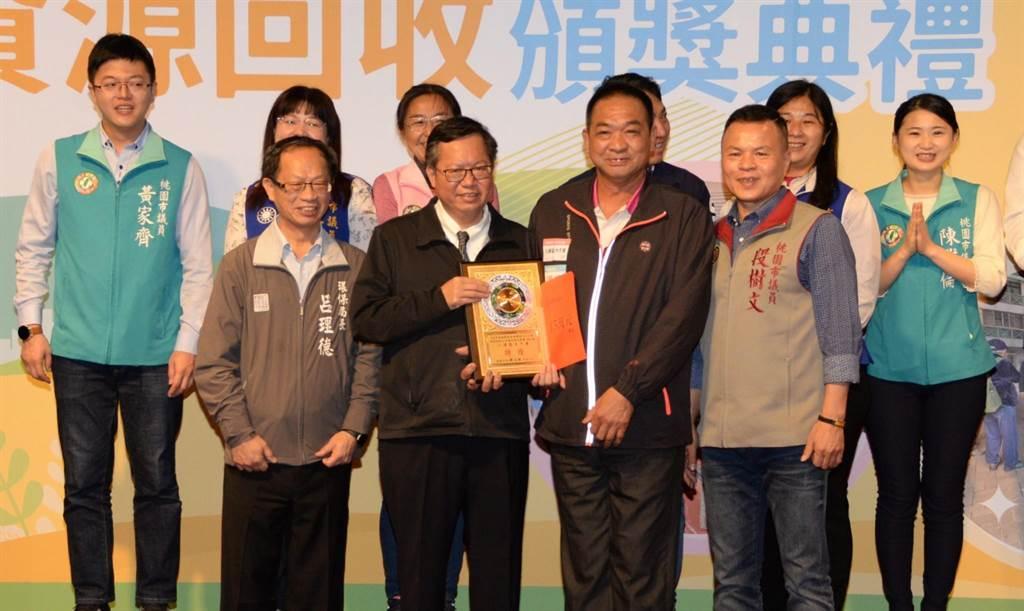 桃園市長鄭文燦15日親臨頒獎典禮現場,替參加比賽的志工們勉勵。 (姜霏攝)