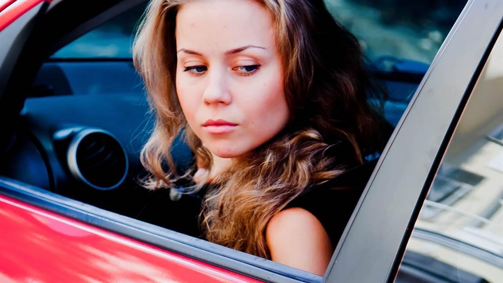 一名網友在網路上分享女子路邊停車的影片,吸引千萬人觀看。圖片為示意圖非本人。(圖/shutterstock)
