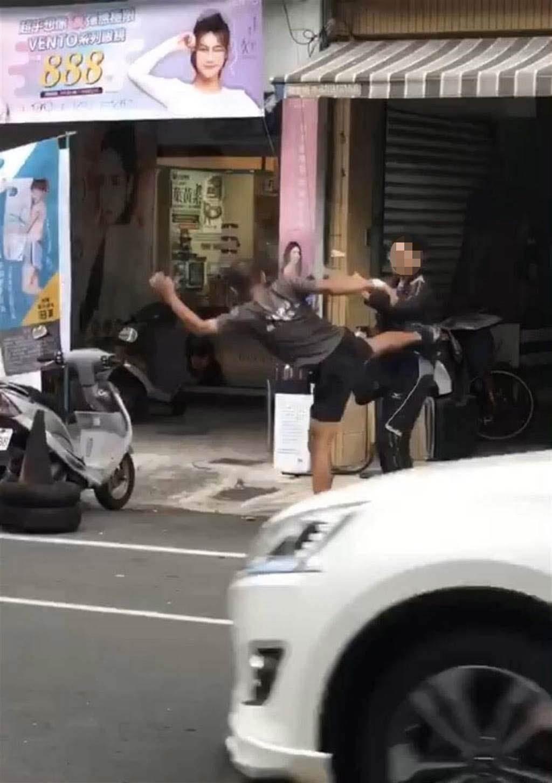 不满违停遭开单殴打检举达人,赫然发现他是恒春警察。(民眾提供/谢佳潾屏东传真)