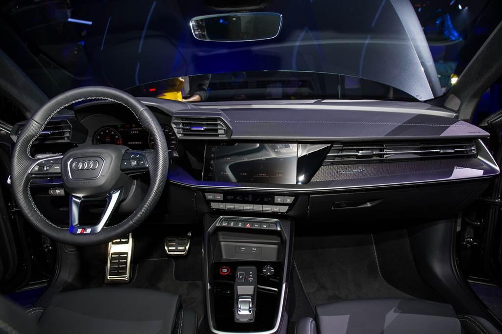 內裝設計源自於旗艦車款A8,駕駛導向的數位化座艙科技滿點。