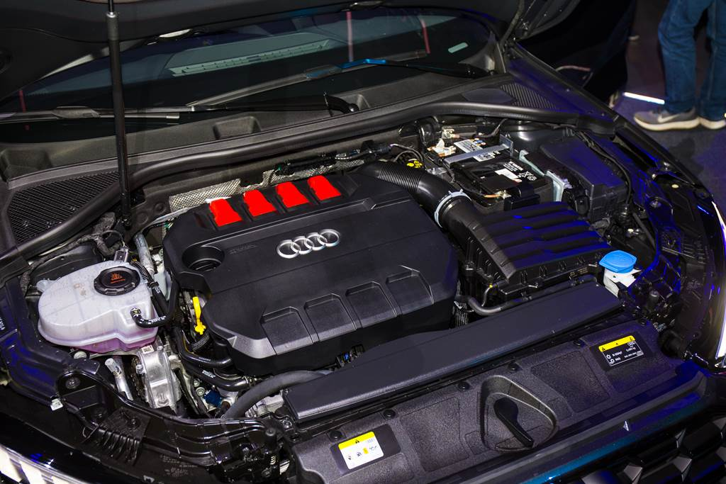 S3 Sportback搭載2.0L四缸渦輪增壓引擎,擁有310hp/400Nm最大輸出,在七速S-tronic 自手排變速箱及quattro智慧型恆時四輪傳動系統的強勢加持下,僅需 4.8秒即可完成0-100 km/h 加速衝刺。