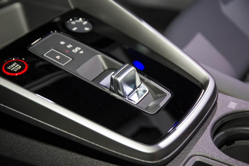 首次導入電子線傳排檔桿,外型設計與福斯集團新世代車款相同。